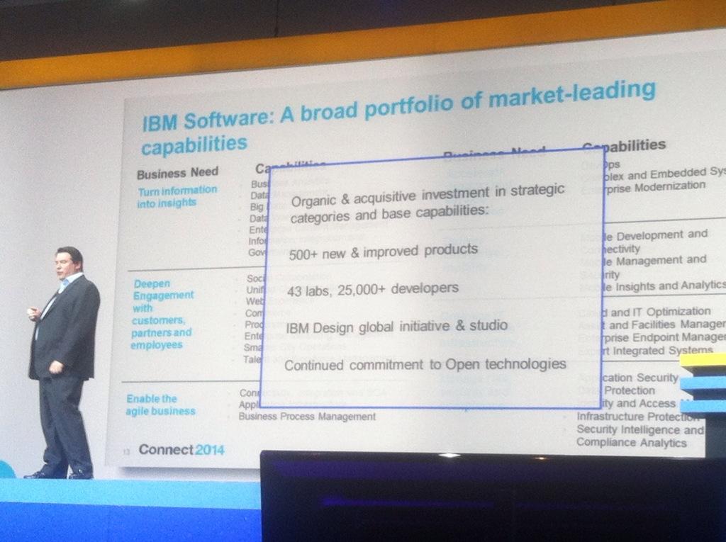 à IBM Connect, l'homme est petit face aux slides ...